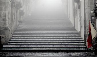 夢占いで今のあなたがわかる、夢に階段が出てきた時の7つのポイント
